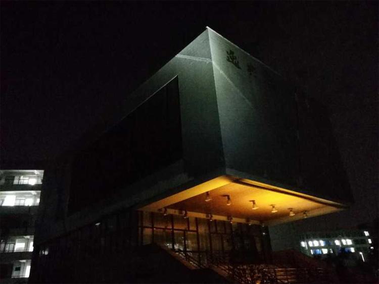 对一座建筑进行投光实验